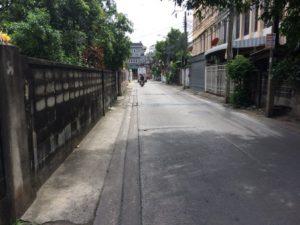 ถนนหน้าพื้นที่ที่ดิน แปลงถมดินสร้างบ้านแล้ว ซอยเสือใหญ่